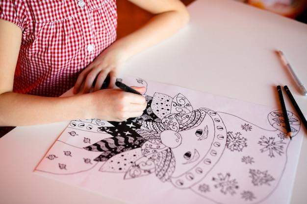Mädchen zeichnung weihnachtsmann. thema weihnachten und neujahr, gelbes bokeh