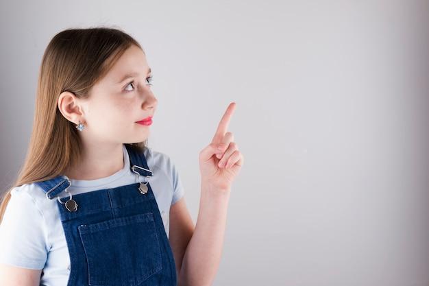 Mädchen zeigt einen finger