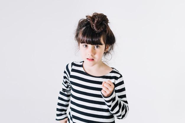 Mädchen zeigt faust