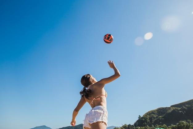 Mädchen zerschmetterte volleyball