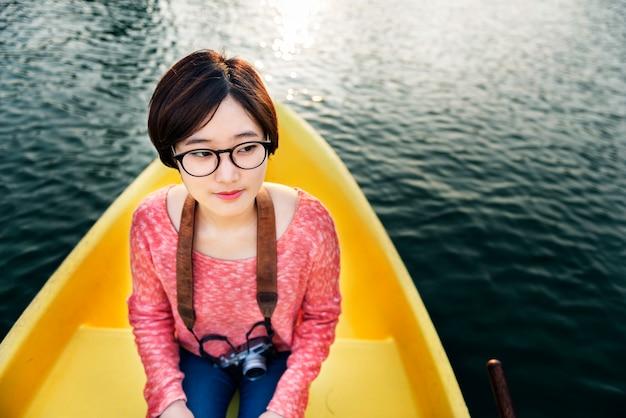 Mädchenabenteuer auf einer bootsfahrt