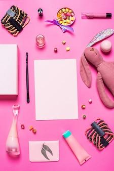 Mädchenaccessoires auf rosa hintergrund