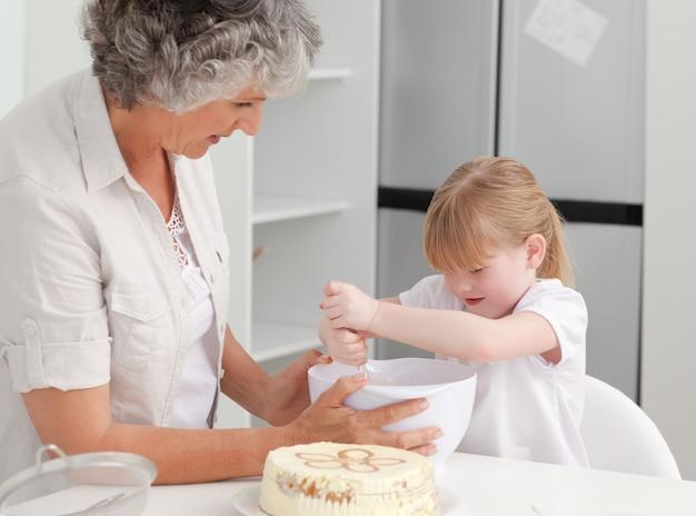 Mädchenbacken mit ihrer großmutter zu hause