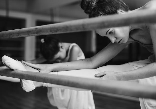 Mädchenballerina mit ihrem lehrer