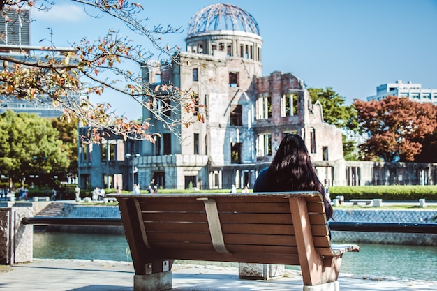 Mädchenblick auf atomkuppel, hiroshima-friedensdenkmal