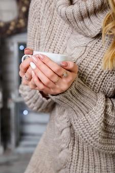 Mädchenbraut trinkt kaffee am hochzeitsmorgen