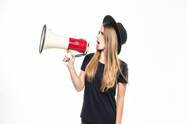 Mädchenfrau mit goldhaar verkleidet in schwarzen gesprächen auf lautsprecher lokalisiert auf weiß