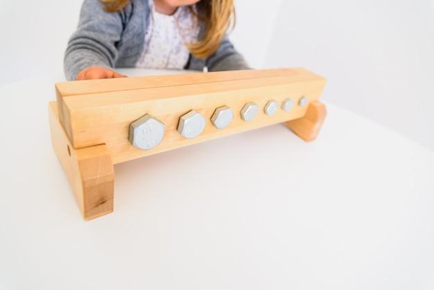 Mädchenhandhabungswerkzeuge, zum von muttern und von bolzen festzuziehen.