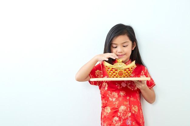 Mädchenkind im kleid des traditionellen chinesen