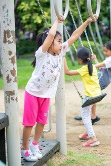 Mädchenkind lustig im spielplatz