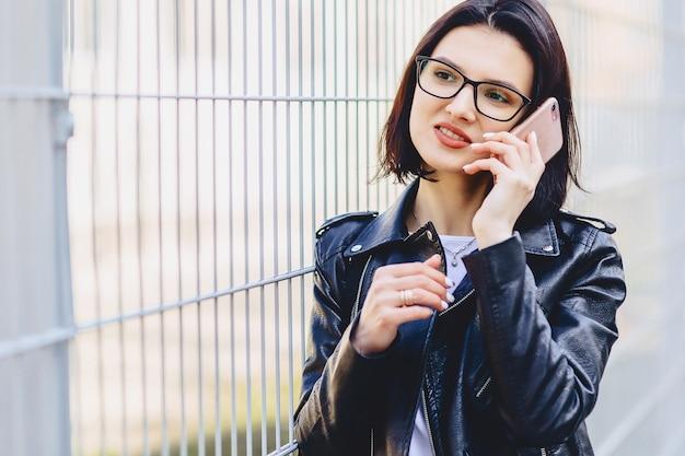 Mädchenmitteilung am telefon und am lächeln