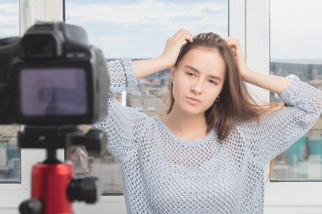 Mädchenmodell, das für ein fotoshooting aufwirft