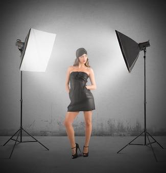 Mädchenmodell, das in einem fotostudio aufwirft