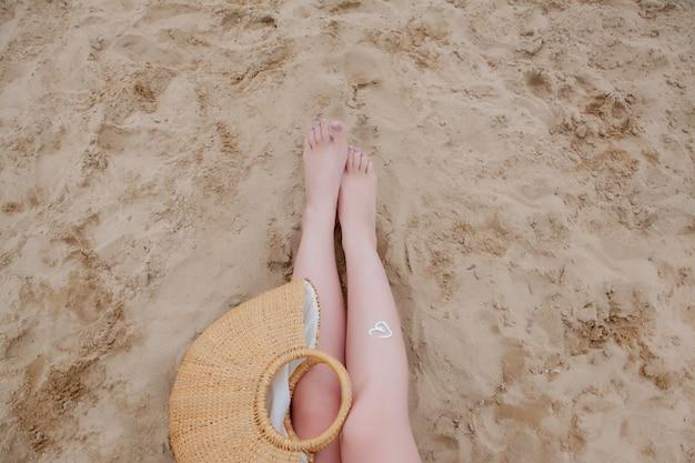 Mädchenölspray, der ihre beine vor den uv-strahlen der sonne schützt, die sonnenschutzlotion sunblocker setzen.