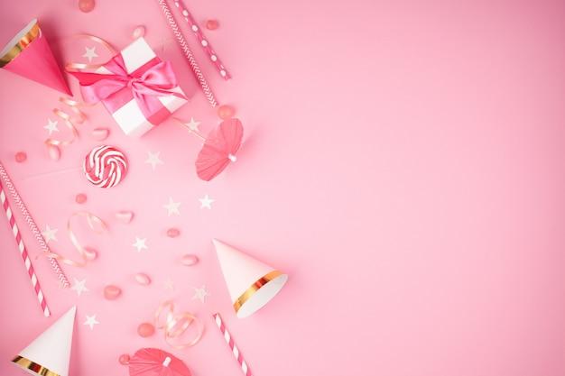 Mädchenpartyzubehör über dem rosa hintergrund. einladung, geburtstag, junggesellenabschied, babyparty-events