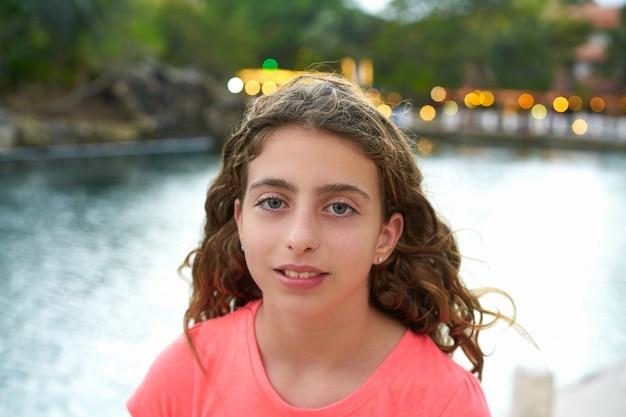 Mädchenportraitsonnenuntergang mit lichthintergrund