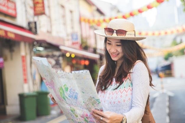 Mädchenreisender mit karte