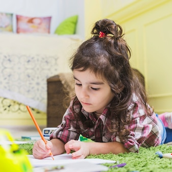 Mädchenschreiben mit bleistift auf papier