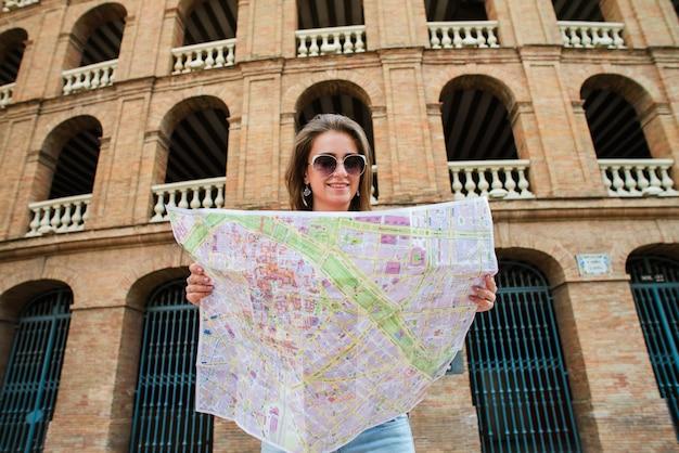 Mädchentourist bei plaza del toros, eine stierkampfarena
