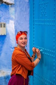 Mädchentourist in der berühmten blauen stadt.