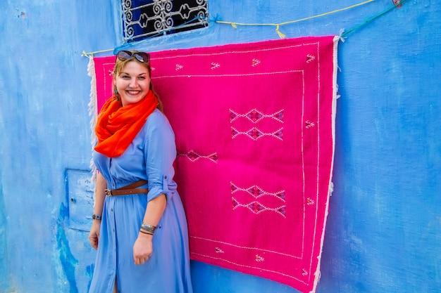 Mädchentouristin in der berühmten blauen stadt.