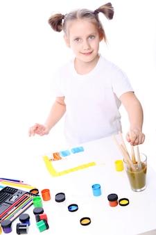 Mädchenzeichnung mit pinsel und farbe