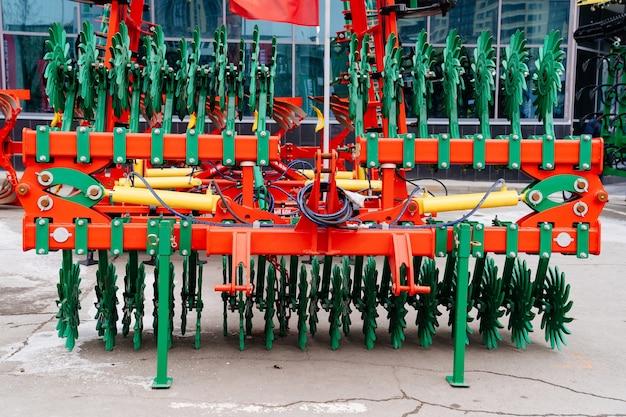 Mähdrescher schleifer. erntemaschinen für die landbearbeitung und ernte auf landwirtschaftlichen feldern und höfen. agroindustrielles forum südrusslands rostow am don 25.02.2021