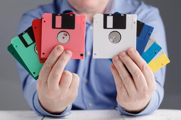 Männchen halten diskette in händen, retro-speicher