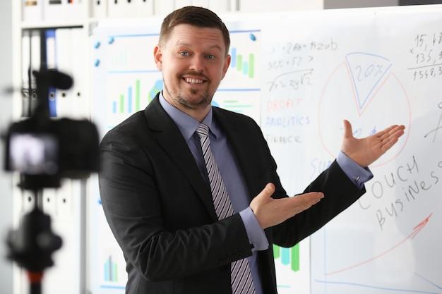 Männchen in anzug und krawatte zeigen statistik-grafikblock