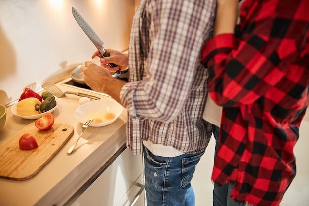 Männchen kochen knackende eier in eine schüssel