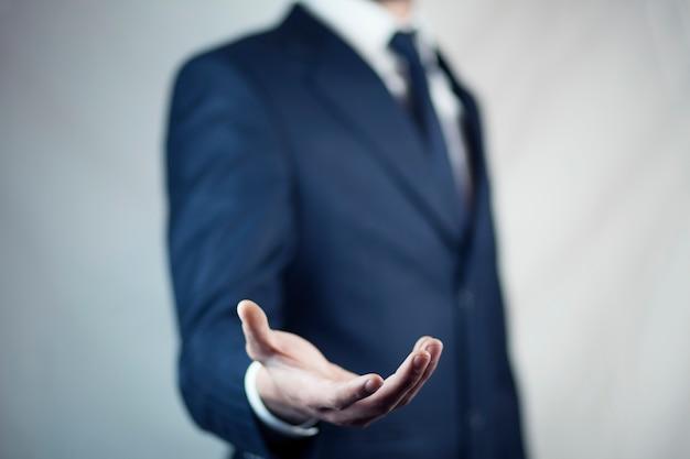 Männchen steht und zeigt ausgestreckte hand mit offener handfläche