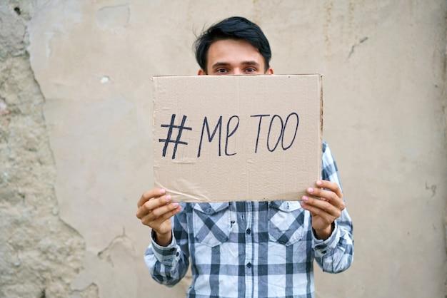 Männer allein mit depressiver miene und einem papier mit einem metoo-text metoo als neue bewegungs-id zeigen...