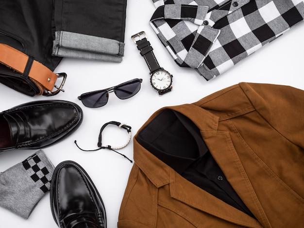Männer arbeiten die freizeitbekleidung um, die auf weiß mit penny-müßiggängerschuhen eingestellt wird.