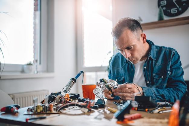 Männer arbeiten mit elektronischen bauteilen