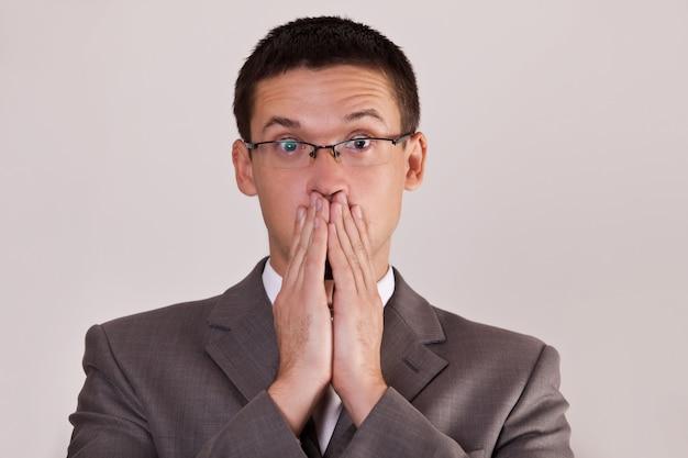 Männer bedeckten seine mundhand