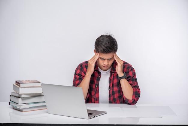 Männer benutzen laptops im büro und sind gestresst.
