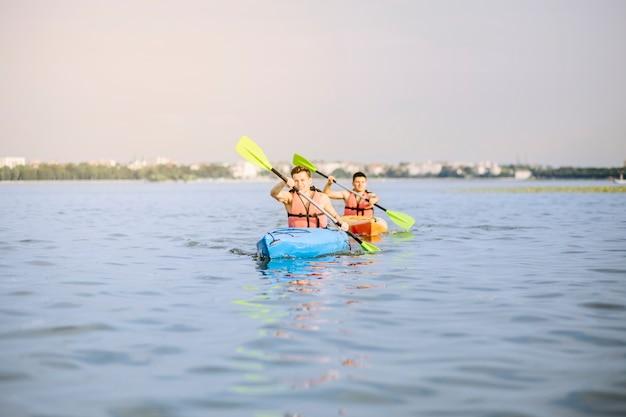 Männer, die auf see kayak fahren