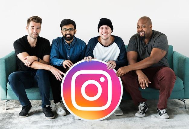 Männer, die ein instagram-symbol zeigen
