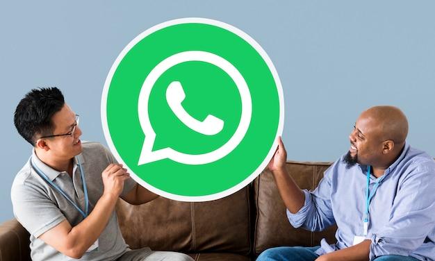Männer, die ein whatsapp messenger-symbol anzeigen