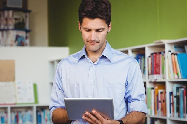 Männer, die eine digitale tablette verwenden