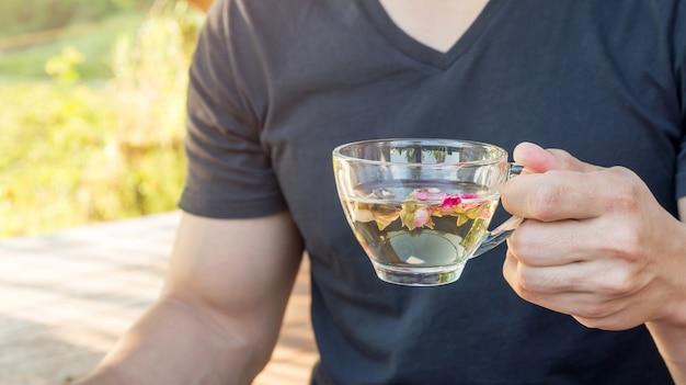 Männer, die eine tee rosarose trinken.