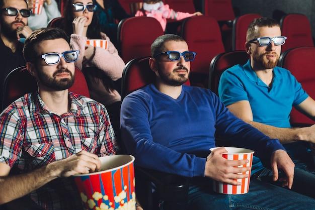 Männer, die film im kino ansehen