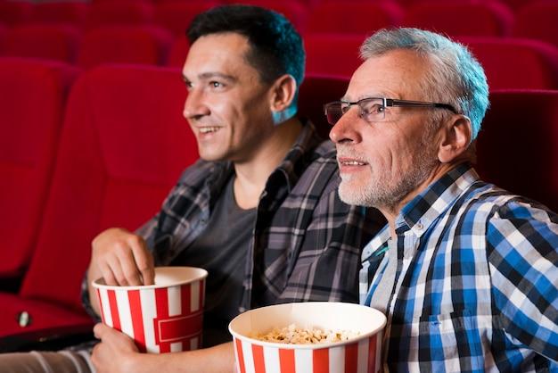 Männer, die film im kino aufpassen