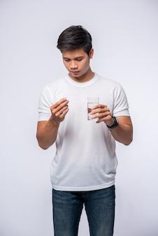 Männer, die krank sind und antibiotika einnehmen wollen