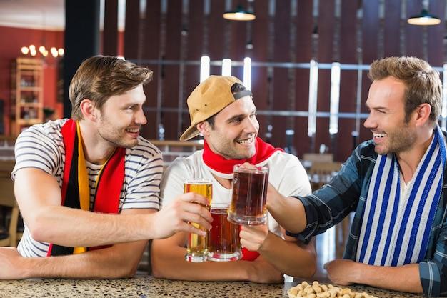 Männer, die mit bieren rösten