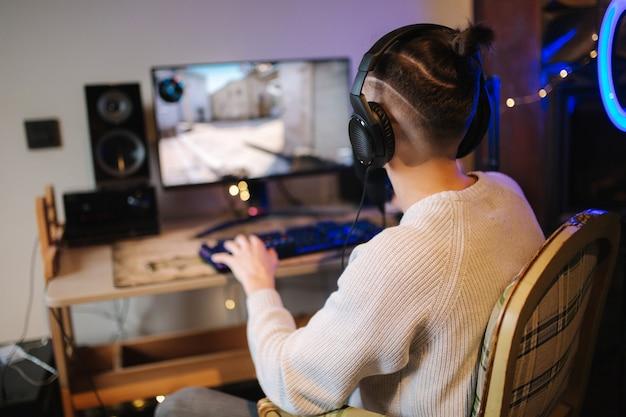 Männer, die online-videospiele zu hause mit leistungsstarken computer-streamer-mann mit professionellen spielen