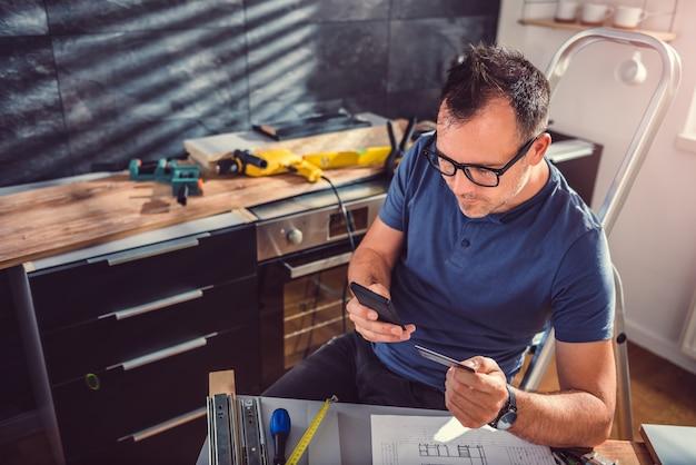 Männer, die online während der küchenerneuerung kaufen