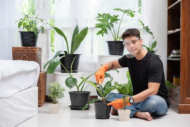 Männer, die orange handschuhe tragen und drinnen bäume pflanzen.