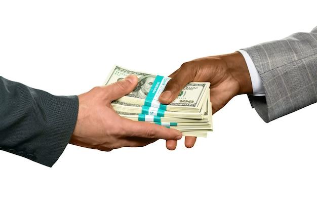 Männer, die riesiges geld halten alte schulden zurückzahlen. signifikantes prozent. guter monat für einen verkäufer.