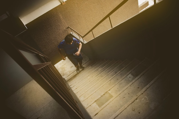 Männer, die trainieren, indem sie betontreppen auf und ab laufen während der morgensonne.